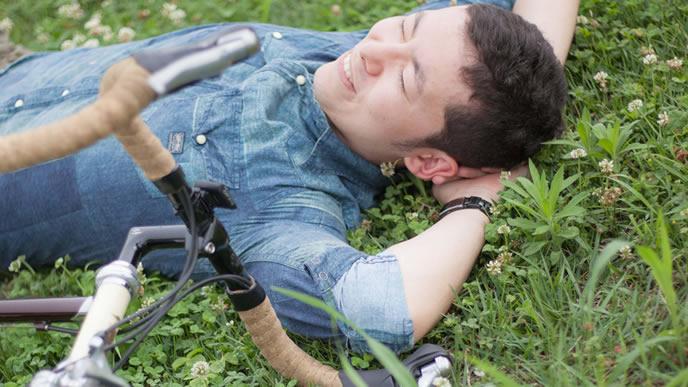お昼休みにサイクリングをする男性