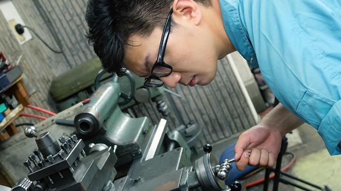 工場の機械を直している男性