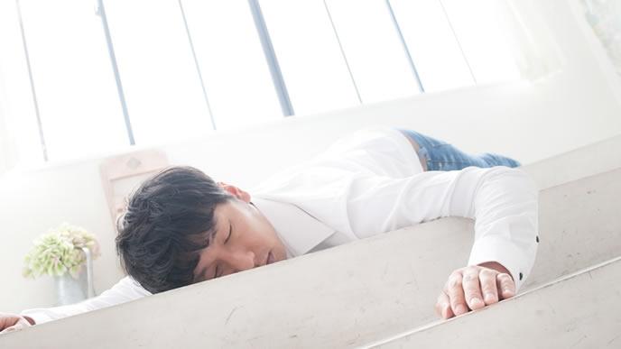 床で寝落ちする男性