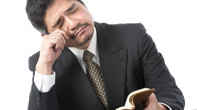 既卒が就職に不利な理由を知って悲しむ男性