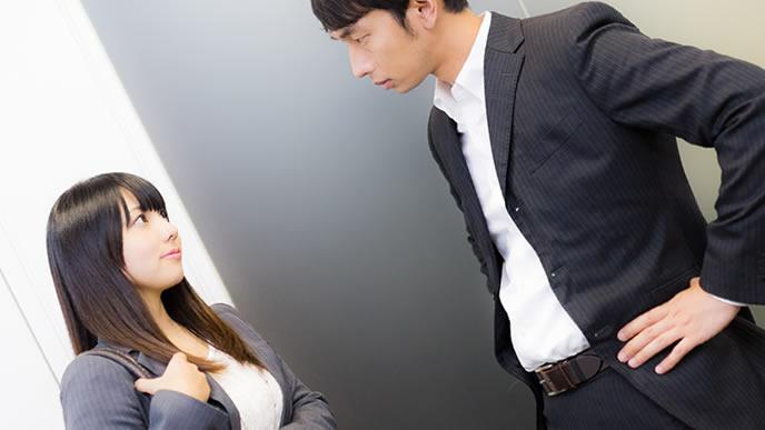 サービス残業について相談する部下の女性