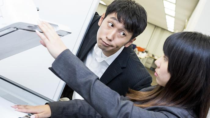同僚の仕事中に割り込む自分主体の男性