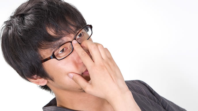 メガネを直すインテリの男性