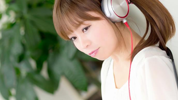 音楽を聴きながら仕事をする女性