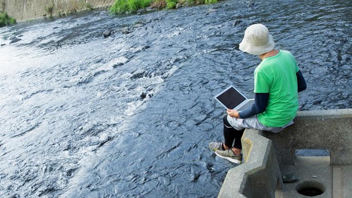 川で子供のときの夢を思い出す男性