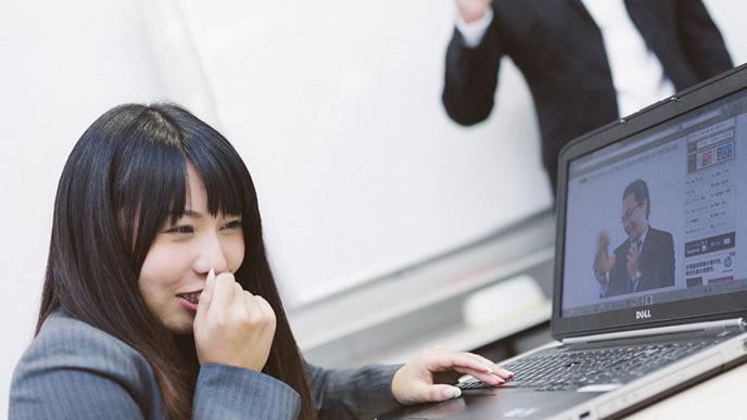 メールを送るつもりがネットサーフィンをしてしまう女性