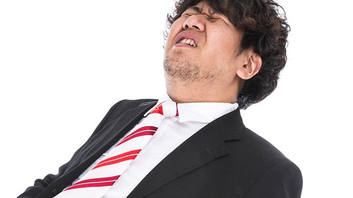毎日悪夢を見る太めの男性