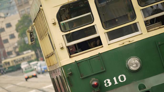 電車で通勤する風景