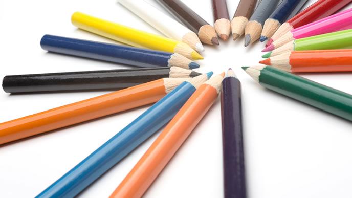 色とりどりのカラフルな色鉛筆
