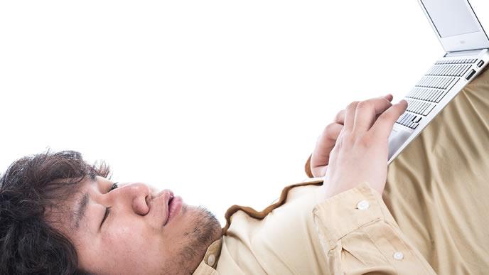 器用な指使いでショートカットキーを入力する男性