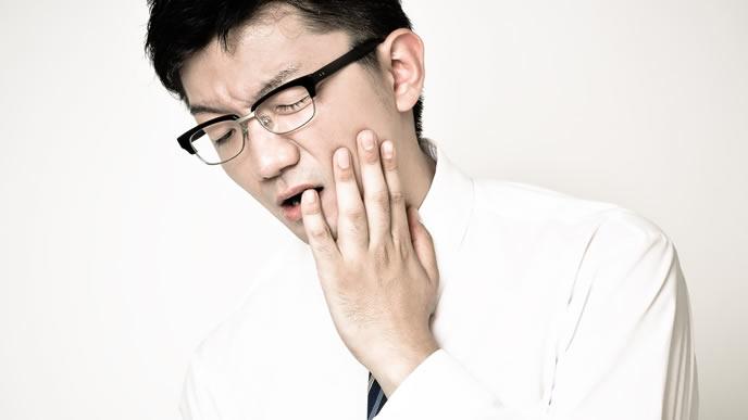 持病の虫歯がうずく男性