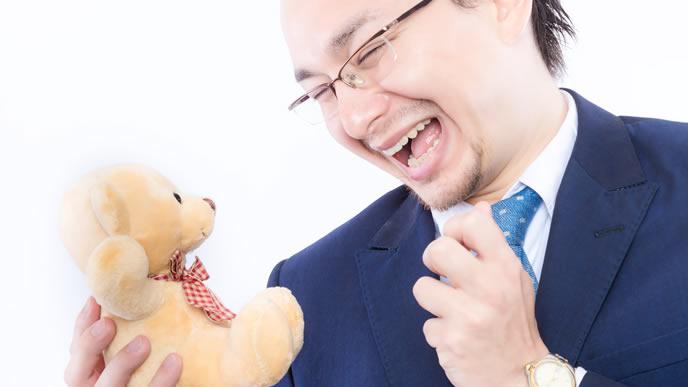 クマのぬいぐるみを配偶者と勘違いしている男性