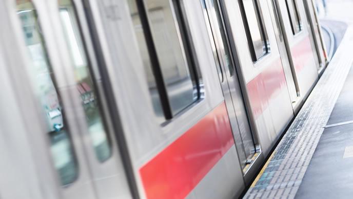 都会を走る電車と駅のホーム