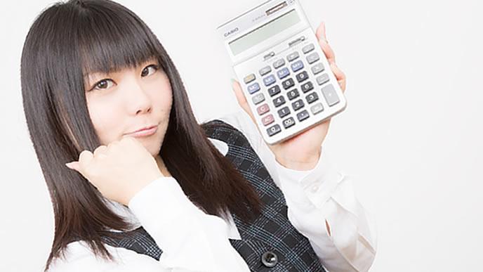 電卓で通勤時間を計算する女性