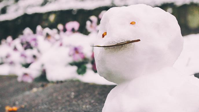 溶けかけの雪だるま