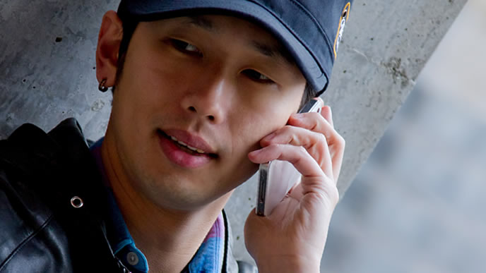 電話で仕事の人間関係について相談する男性