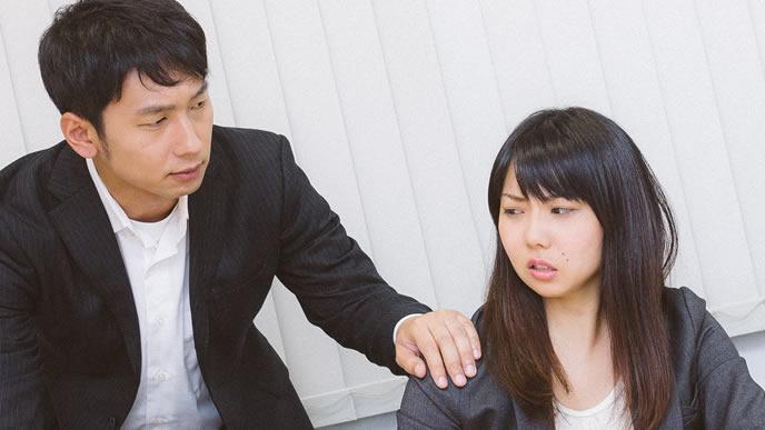 苦手な上司にセクハラまがいの行為をされ激怒する女性