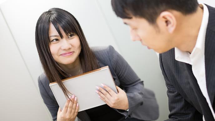 苦手な上司にも笑顔で対応する女性
