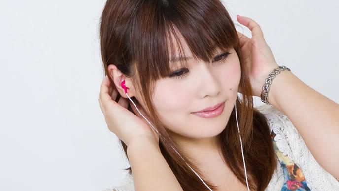 音楽を聞いて笑顔になる女性
