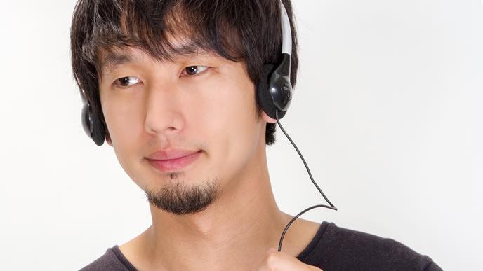 目を輝かせて音楽を聴く男性