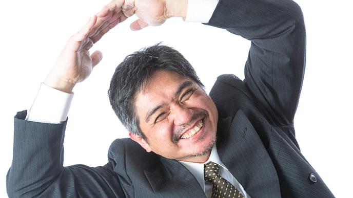 全力の笑顔で丸マークをだす男性