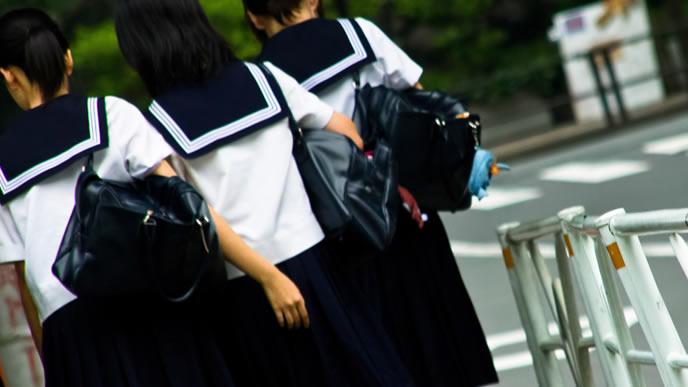 友だちと一緒に帰る中学生