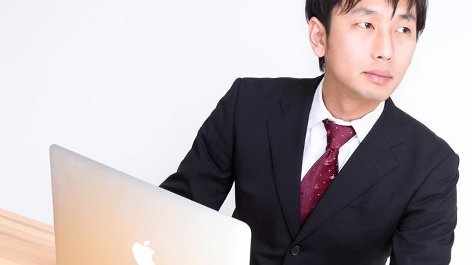 パソコンで情報収集をする男性