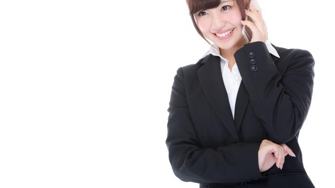 携帯電話で合格を伝える女性