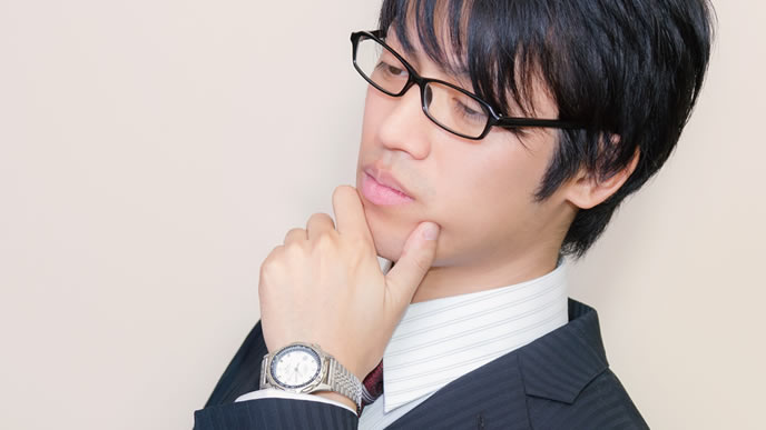 入社の意思を考える男性