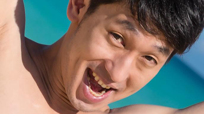 明るい笑顔で格言や名言を紹介してくれる男性