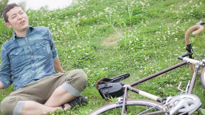 サイクリングの最中に休憩する男性