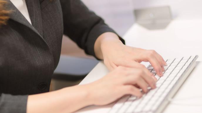 シフト管理をする事務の女性