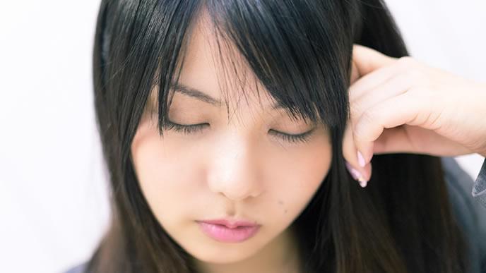 考えているフリをして熟睡する女性
