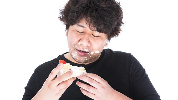 ケーキにむしゃぶりつく男性