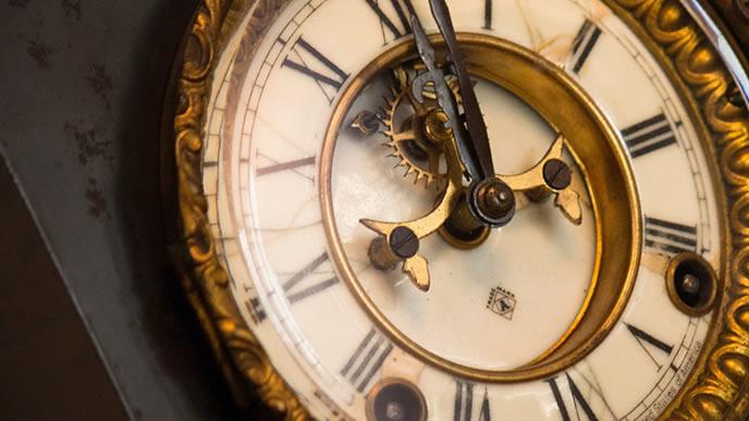 毎日時間を刻む古い時計