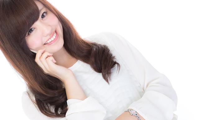 笑顔で話す流行に敏感な女性