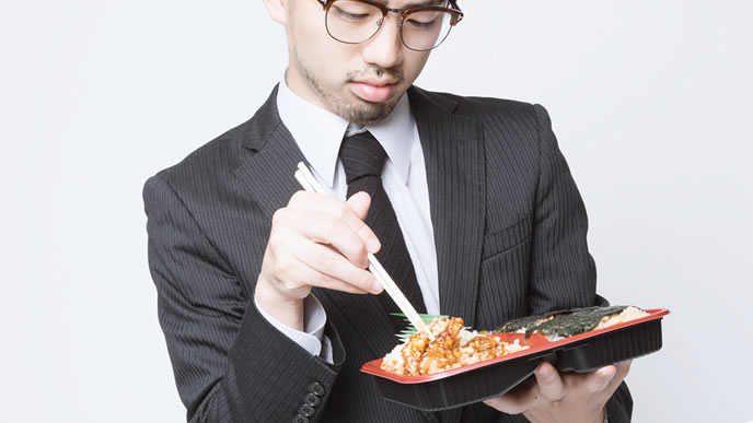弁当生活をやめて自炊を考えている男性