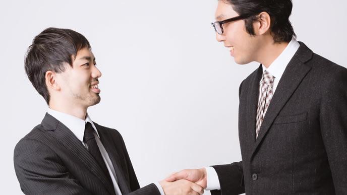 取引先と握手する男性
