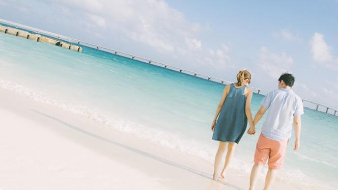 旅行で海の綺麗なところに来たカップル
