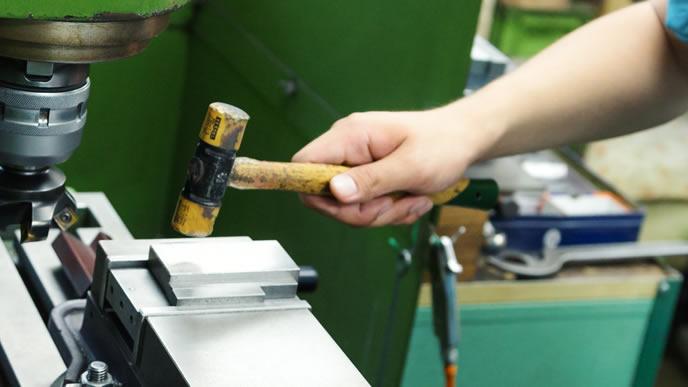 工場で機械を直す仕事をする男性