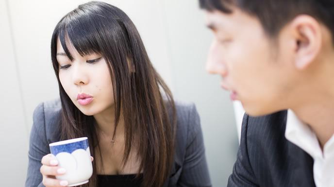 お茶を冷まし自分をPRする女性