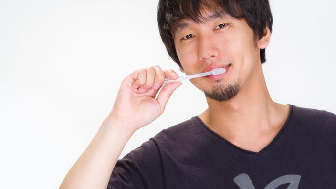 歯を磨く健康的な男性