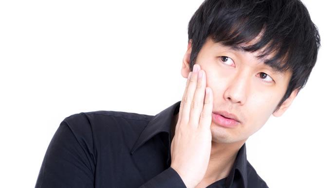 歯が痛くて切ない表情の男性