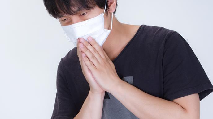 風を引いて咳き込む男性
