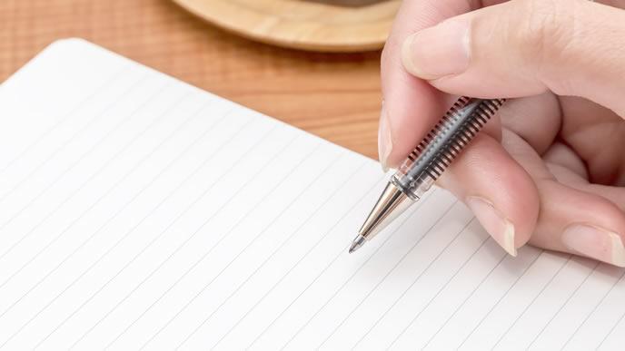 アルバイトの履歴書を書く練習をしている人