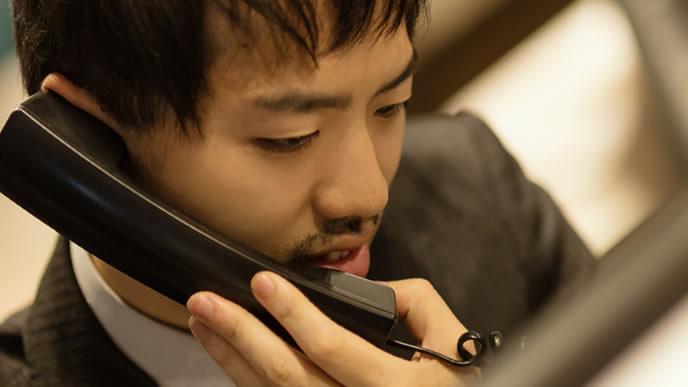 電話対応に追われる担当者