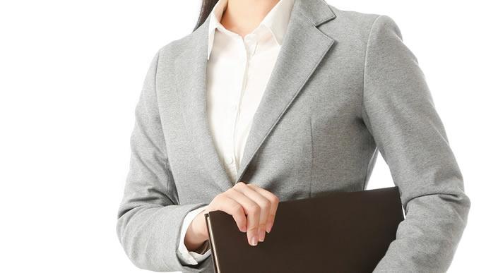 落ち着いたスーツに白のブラウスが似合う新入社員