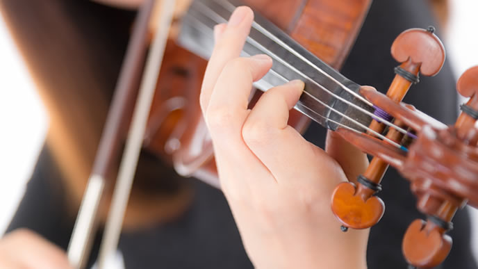 趣味のバイオリンを弾く女性