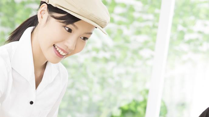 元気な笑顔で接客するアルバイトの女性