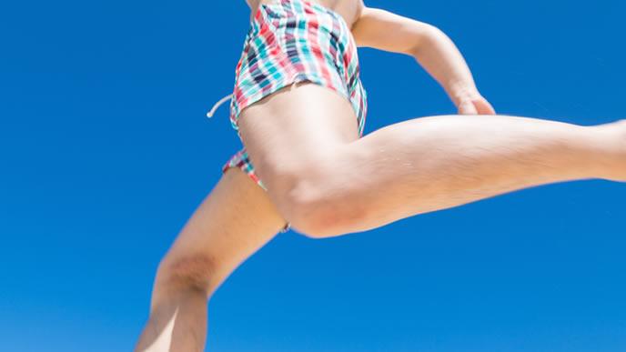 夏の青空で日光浴をする男性
